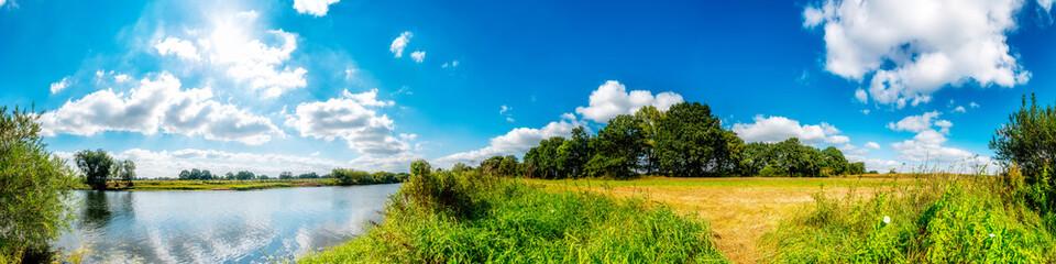 Sommerliche Landschaft, ländliches Panorama am Fluss