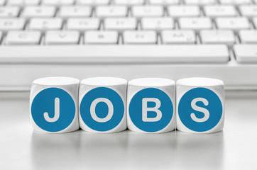 Buchstabenwürfel vor einer Tastatur - Jobs