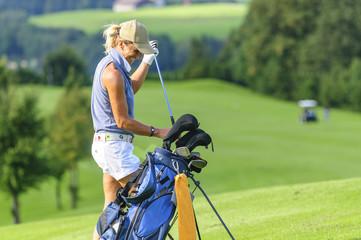 gutgelaunte Golferin nach erfolgreichem Spiel auf dem Fairway
