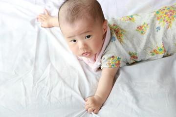 生後4か月の腹這いの赤ちゃん