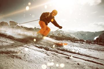 Skifahrer im Sonnenuntergang