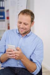 geschäftsmann schaut auf sein mobiltelefon