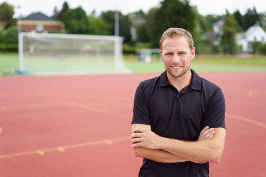 trainer auf dem sportplatz