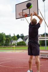 mann wirft einen korb beim basketball
