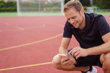 sportler tippt auf seinem handy