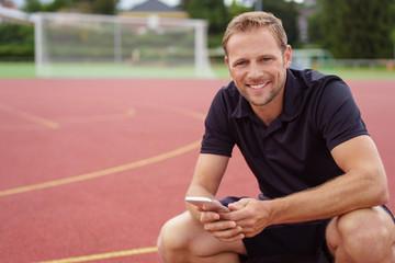 mann trainiert in seiner freizeit auf dem sportplatz