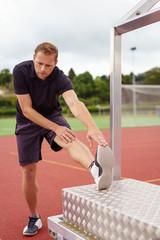 sportler dehnt seine wade