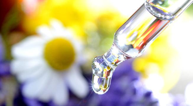 Pipette mit Tropfen Bachblütentherapie