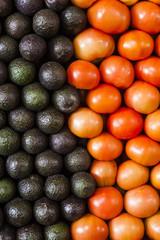 Avocados und Tomaten, aufgereiht