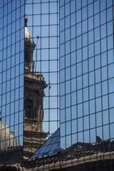 Kirche spiegelt sich in Glasfassade