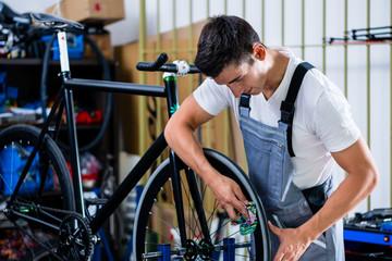Fahrradmechaniker arbeitet an Fahrrad