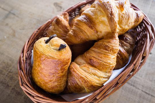 Croissant im Körbchen