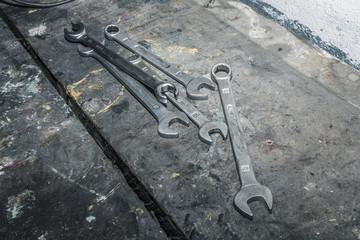 Herramientas sobre fondo de madera. Juego de llaves fijas. Herramientas para reparación.