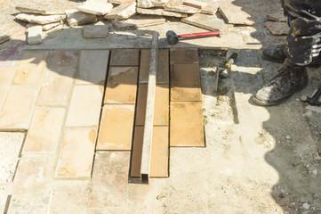 trabajador de la construcción reemplaza las baldosas rotas en el tejado