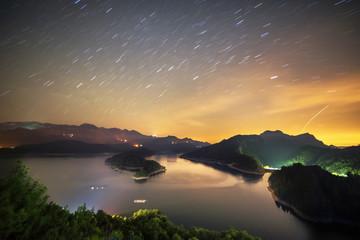 gece baraj manzarası ve yıldızlar