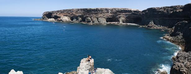Fuerteventura, Isole Canarie: un pescatore sugli scogli davanti alle grotte di Ajuy il 9 settembre 2016
