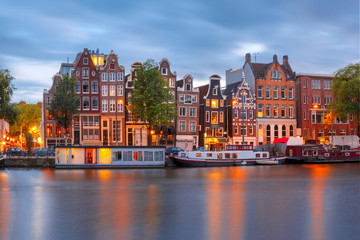 Papiers peints Amsterdam Amsterdam canal Amstel with typical dutch houses and boats during twilight blue hour, Holland, Netherlands.