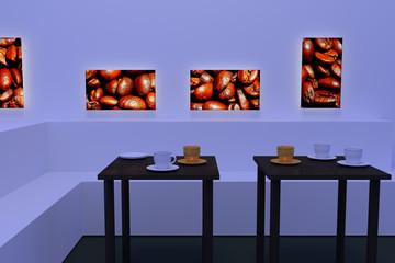 3D-Rendering von weißen und goldenen Kaffeetassen - jeweils mit Untertasse - auf dunklen, spiegelnden Tischen und beleuchtete Bilder von gerösteten Kaffeebohnen an der Wand