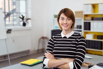 moderne junge geschäftsfrau am arbeitsplatz