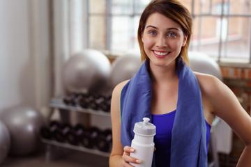 frau mit wasserflasche nach dem sport