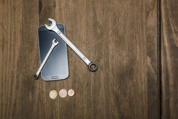 Dinero y herramientas sobre mesa de madera. Símbolo de ahorro en reparaciones cotidianas.