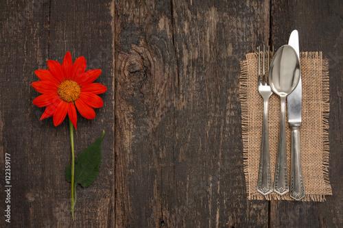 bestek auf alten tisch mit mexikanische sonnenblume. Black Bedroom Furniture Sets. Home Design Ideas