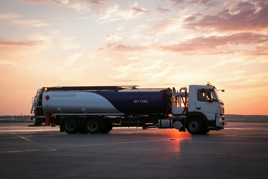 Airport fuel-servicing truck