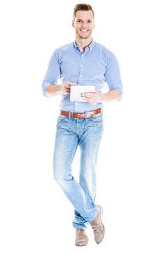 Mann zeigt auf Tablet PC