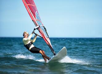 Frau beim Windsurfen