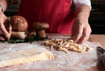 mani donna che preparano tagliatelle