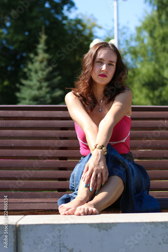 Сидя под юбкой фото, членов одна девушка