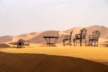 Marokko - Tisch und Stuhl in Erg Chebbi