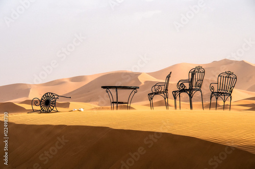 Marokko tisch und stuhl in erg chebbi fotos de archivo for Marokko tisch