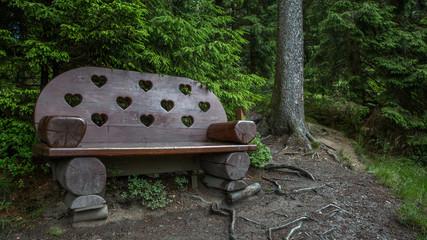 Bank mit Herzen auf dem Liebesbankweg im Harz