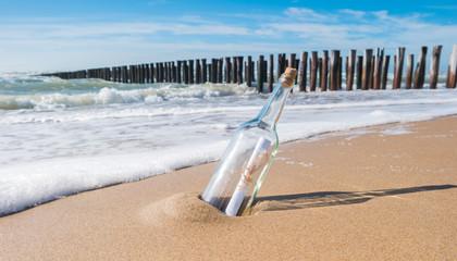 Wall Mural - Flaschenpost gestrandet am Strand