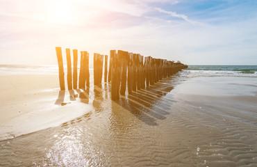 Wall Mural - Wellenbrecher am Strand mit Meer