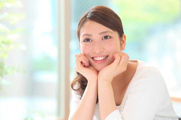 笑顔の若い女性