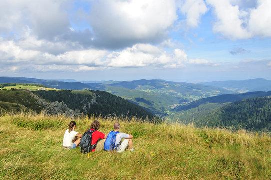 Wanderer genießen den Tag am Hohneck in den Vogesen