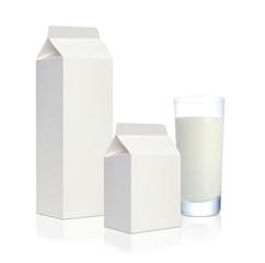 グラスに注がれた牛乳とミルクのパック