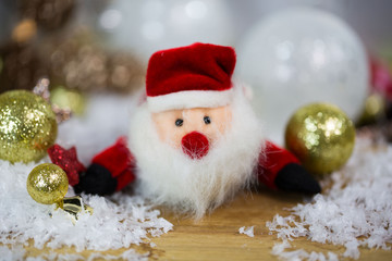 Santa Claus mit Christbaumkugeln und Schnee
