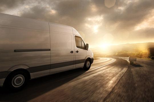 Lieferwagen fährt im Sonnenuntergang