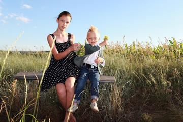 маленький мальчик дарит девочке цветы, любовь, романтика, на открытом воздухе