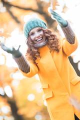 Rothaarige Frau im Herbst