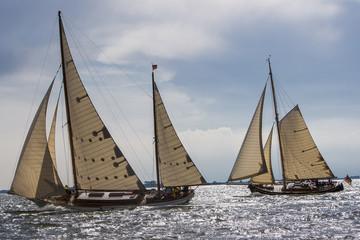 Klassische Yachten, segelnd im Gegenlicht