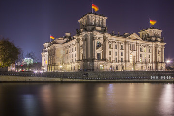 Reichstag mit Spree, Nachtaufnahme