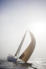 Segelyacht im Nebel