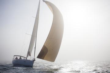 Segelyacht im Nebel, querformat