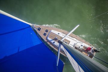 Segelyacht über grünem Wasser, Luftaufnahme
