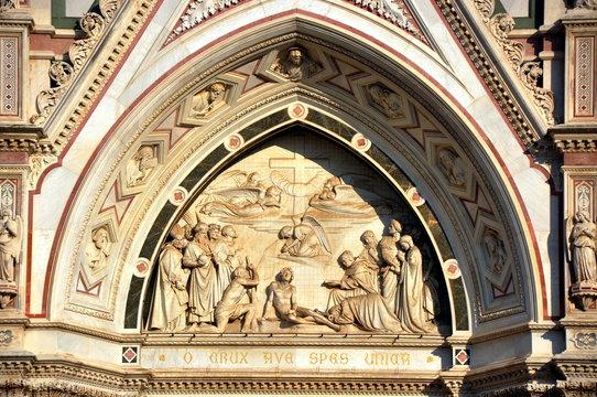 Florenz - Rundbogenrelief über dem Eingang zur  Basilika Santa Croce