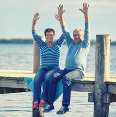 Spaß und Lebensfreude - aktives Seniorenpaar am See